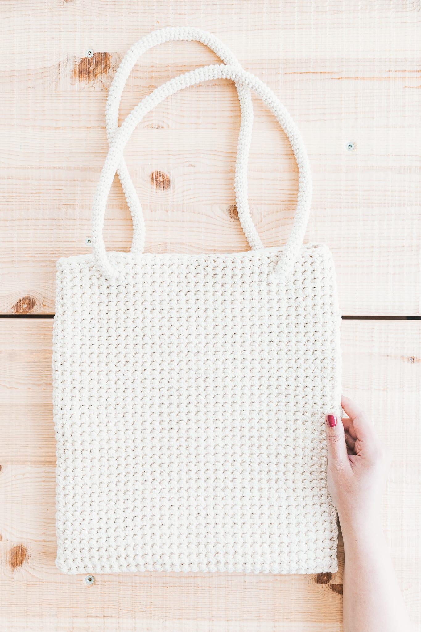 bolso de mano de crochet con puntada térmica y tirantes finos